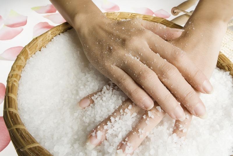 χέρια σε μπολ με αλάτι