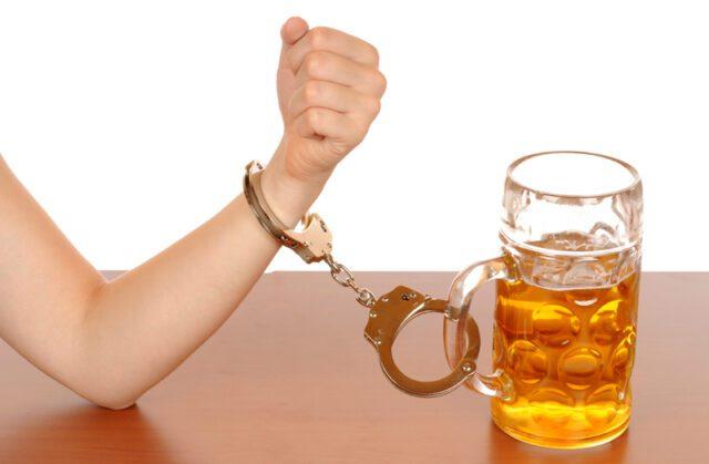 handcuffed_to_alcohol_drink-Aλκοολισμός: Όταν το ποτήρι ξεχειλίζει...-natuarnrg