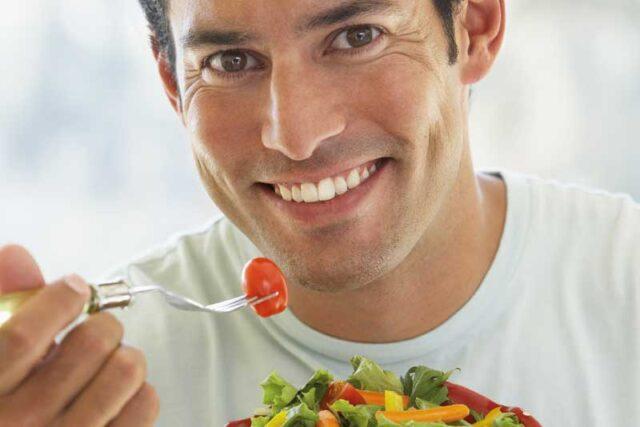 άντρας που τρώει σαλάτα