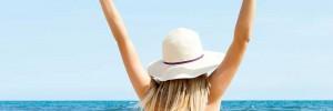 γυναίκα με καπέλο σε παραλία