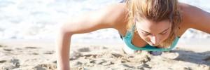 κοπέλα που γυμνάζεται σε παραλία