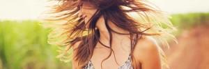 κοπέλα που τινάζει τα μαλλιά
