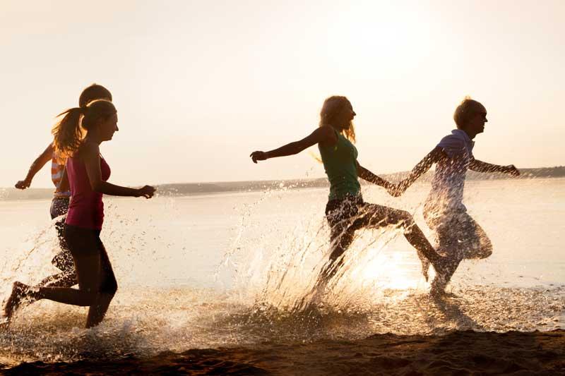 παρέα που τρέχει στην παραλία
