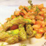 Σαλάτα με σπαράγγια, ψιλοκομμένη ντομάτα και σουσάμι