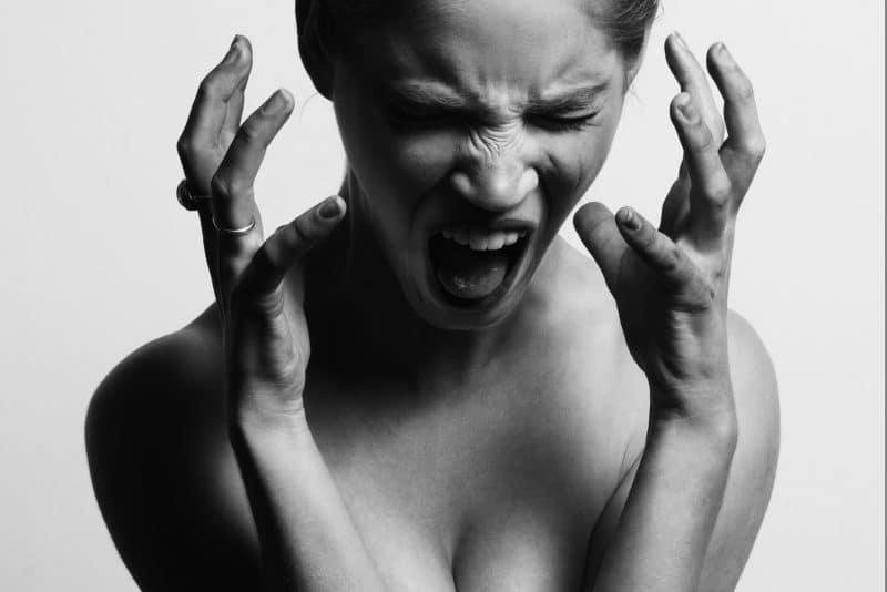 gynaika-se stress-ourliazei-aspro-mavro foro