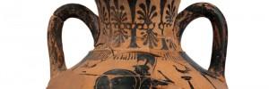 Αμφορέας Παναθηναϊκού σχήματος με παράσταση οπλισμένης Αθηνάς και αγώνα δρόμου που είχε χρησιμοποιηθεί ως τεφροδόχος. Γύρω στο 525 π.Χ.