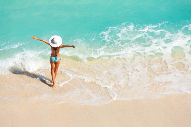 woman_beach summer-Πώς να προστατευτώ από τις ακτίνες UV;