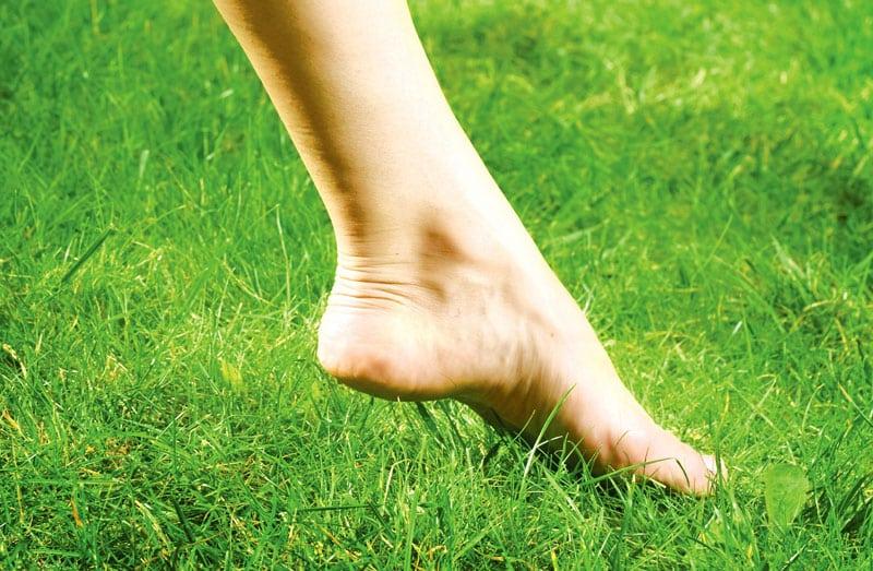 Barefooting: Κρεμάστε τα παπούτσια σας και περπατήστε ξυπόλητοι!