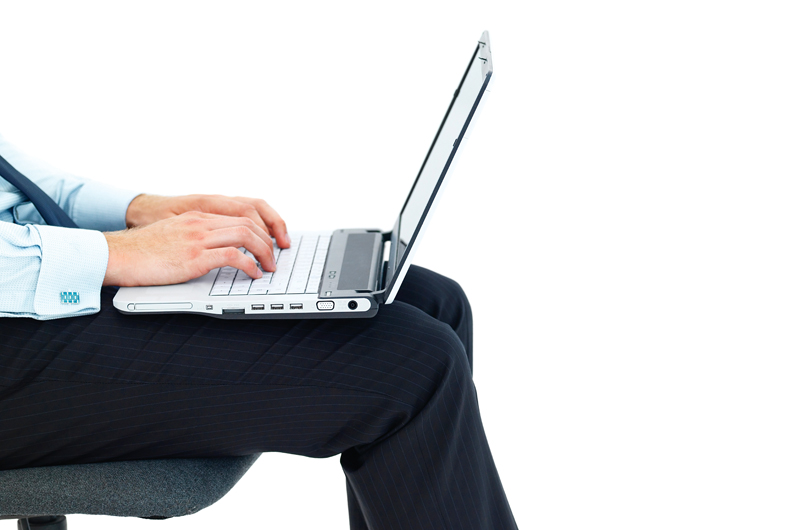 laptop, legs, man, office-Ποτέ το laptop στα πόδια