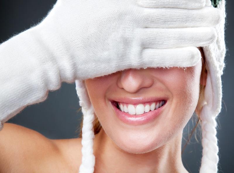 woman, cold, gloves-Πώς να προφυλάξετε το δέρμα σας από το κρύο;