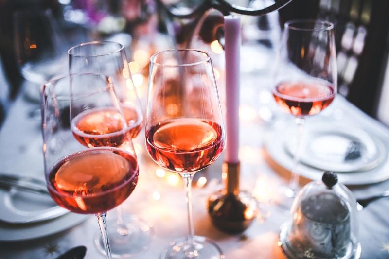alcohol-party-glass-table-Το αλκοόλ συνδέεται με αύξηση κινδύνου για εγκεφαλικό επεισόδιο