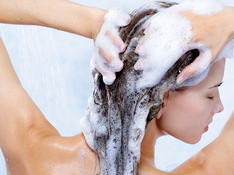 shampoo-shower-hair-Παραβένες: καθαρά μαλλιά με τίμημα;