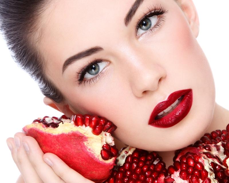 pomegranate_girl-Το ρόδι στην υπηρεσία της ομορφιάς