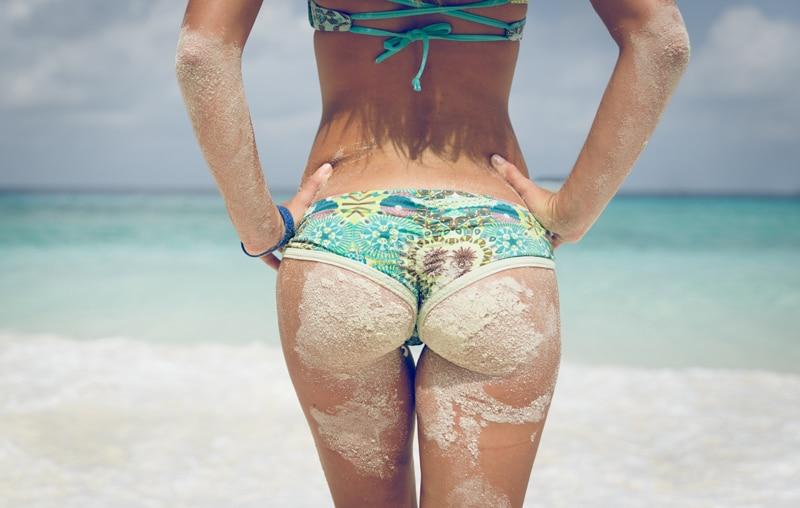 cellulite-woman-bikini-summer-beach-Η κυτταρίτιδα εμφανίζεται κυρίως στις γυναίκες ανεξαρτήτως ηλικίας και βάρους. Κάνει την εμφάνισή της στην εφηβεία και αυτό τη συνδέει με τις ορμόνες του γεννητικού συστήματος.-naturanrg