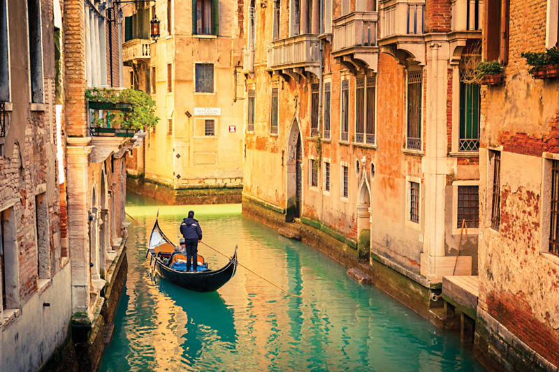 Gondola-on-canal-in-Venice-Italy-1400