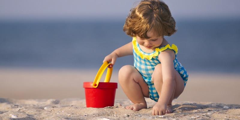 TODDLER-PLAYING-IN-SAND-Μικροί χτίστες στην άμμο: όλα όσα πρέπει να ξέρετε, επειδή ο ήλιος δεν αστειεύεται!