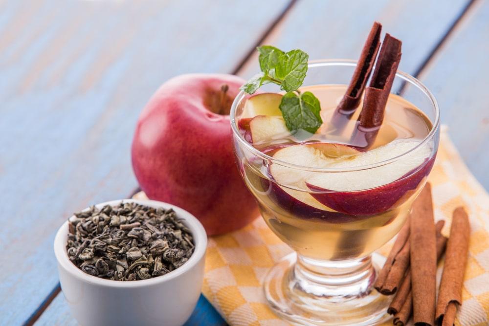 Detox water από μήλο και κανέλα
