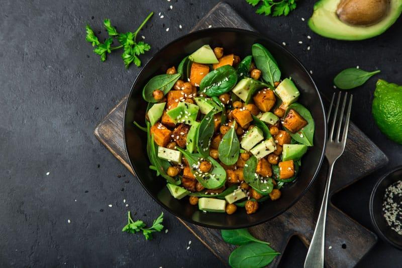 Σαλάτα με ψητή γλυκοπατάτα και κινόα-naturanrg