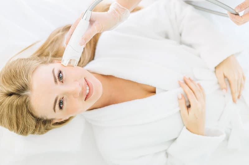Σούπερ θεραπείες που προσφέρουν ανάπλαση και λάμψη στο δέρμα