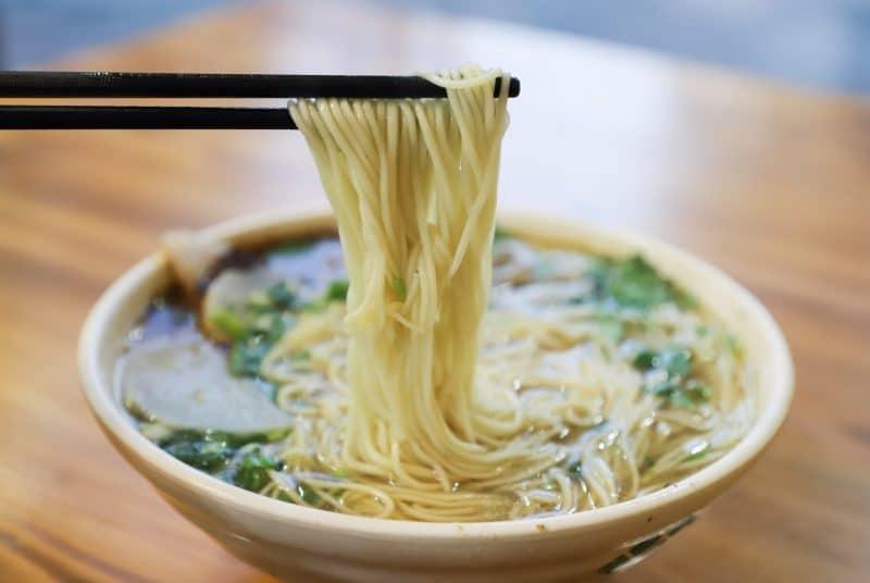 piato-me-noodles-chopsticks
