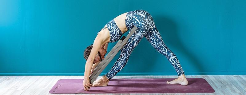 yoga-gynaika-karekla-kampsi