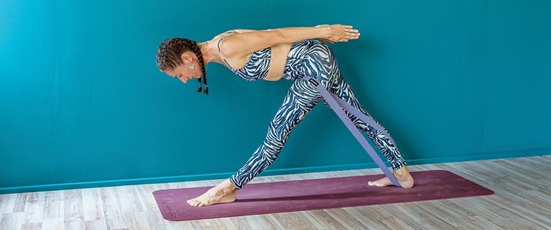 yoga-gynaika-kampsi-touvlo-anamesa-sta-xeria