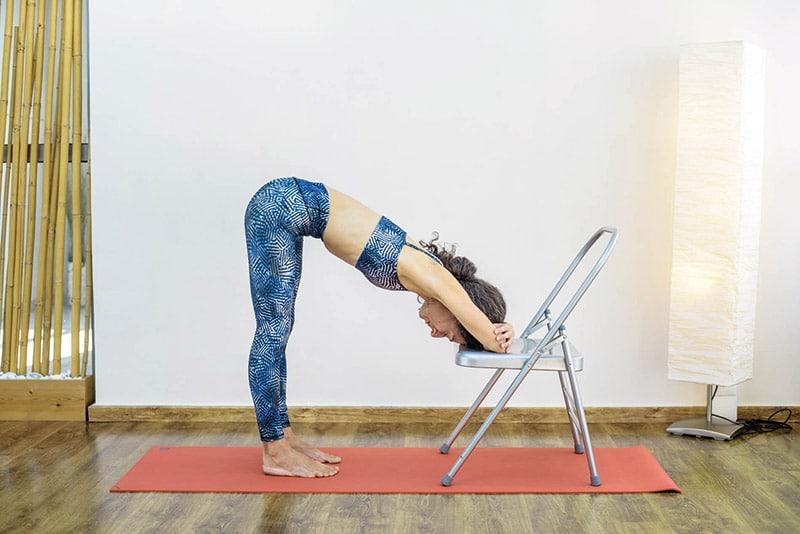 yoga-gynaika-kefali-se karekla