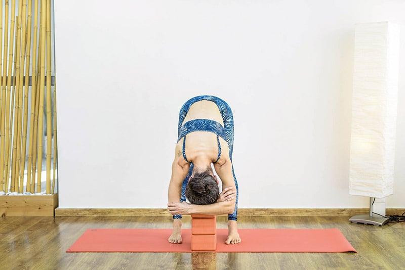 yoga-gynaika-kefali-stirizetai-se-karekla