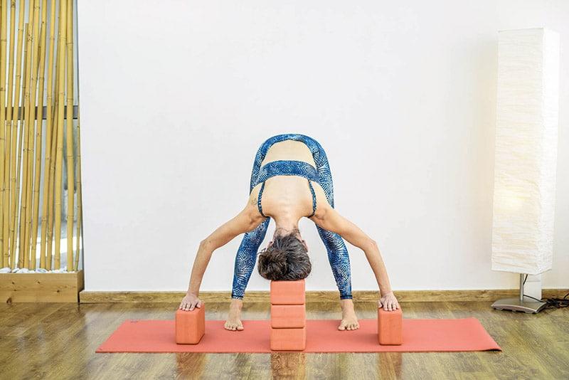 gynaika-yoga-kegali-kai xeria-stirizontai-se-touvla
