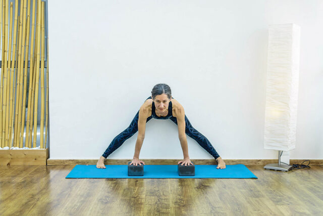 yoga-gynaika-podia-anoixta-