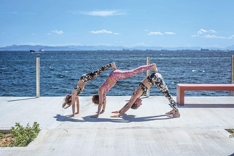 yoga-paidia-skyloi-pou-koitane-kato